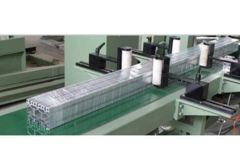 stretch wrapping machine packing aluminum profiles